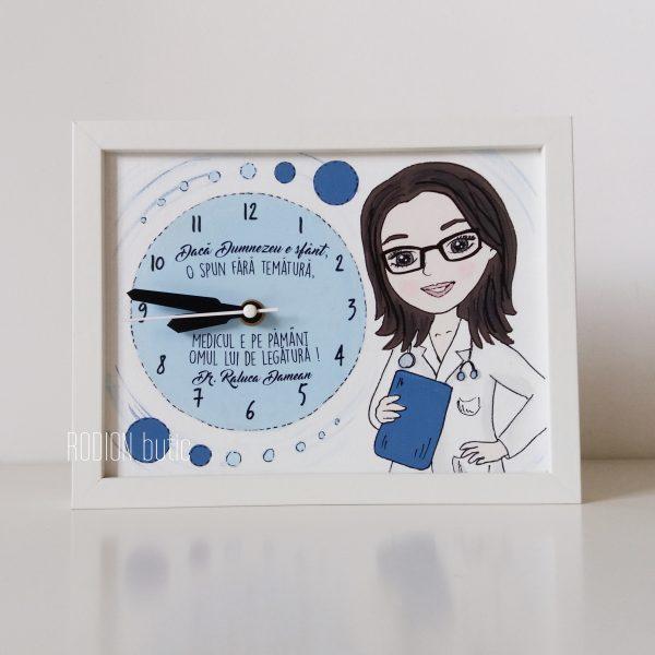 Ceas pentru medic personalizat cu mesaj si nume pictat manual