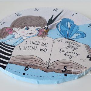 Ceas fetita pictat manual cu mesaj personalizat