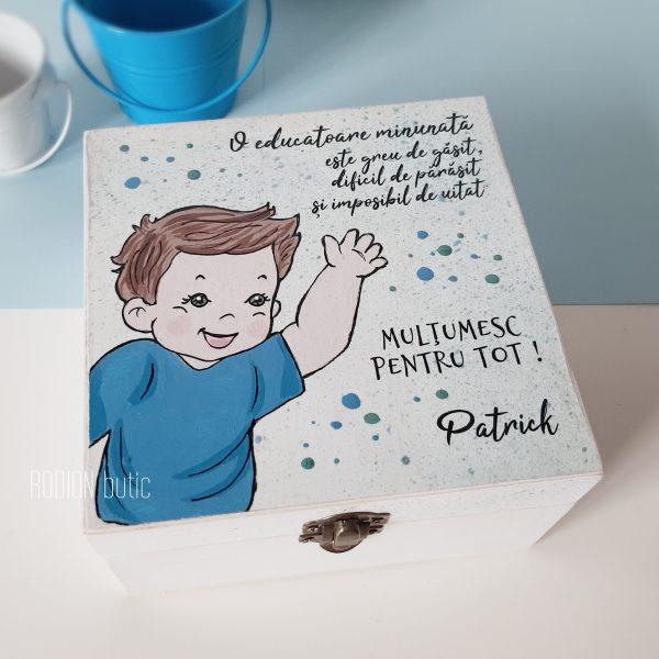 Cutie baietel amintiri educatoare pictata manual cu mesaj