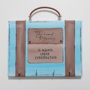 Cuier de chei valiza pictat manual personalizat cu mesaj
