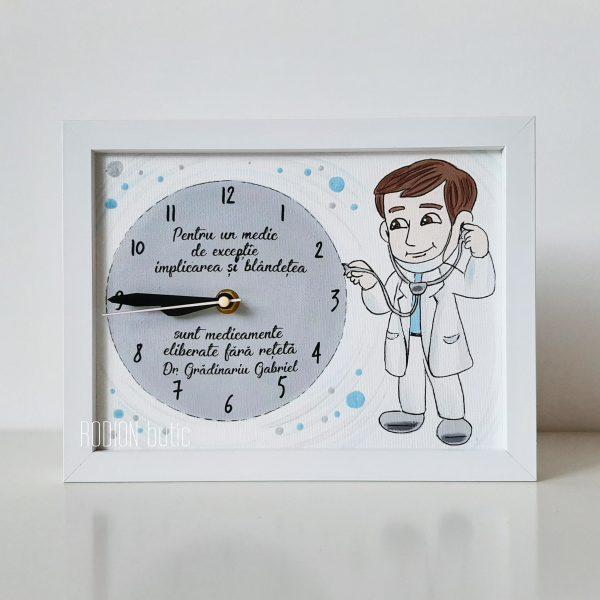 Ceas pentru medic personalizat cu nume si mesaj pictat manual