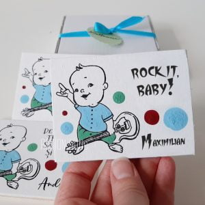 Marturii personalizate botez handmade pictate magnetice baietel rock