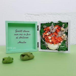 Miniaranjament cu flori nemuritoare si licheni personalizat in cutie de lemn